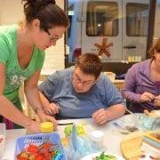 Voor deelnemers die creatief zijn is er op de dinsdag een heel leuke groep in het Meester Siebelinkhuis waar regelmatig nieuwe technieken worden uitgelegd en uitgeprobeerd. Van 19.00 – 21.00 uur.