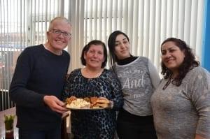 Mantelzorgers in café verrastmet lekkernijen uit verre Syrië